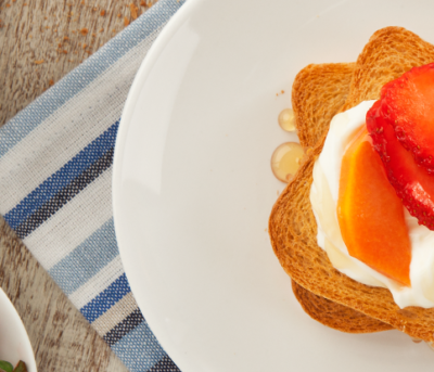 Torradas com Iogurte Grego e Frutas