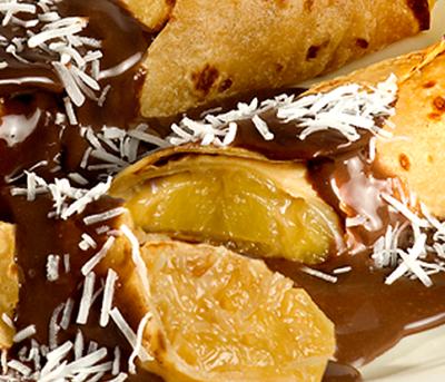 Panqueca Recheada com Abacaxi e Coco ao Molho de Chocolate Adria